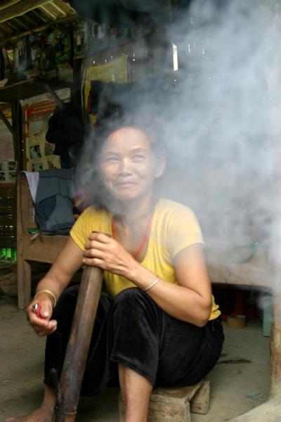 Phụ nữ Mảng cả người đang mang thai hay nuôi con nhỏ vẫn cứ hút thuốc lào như người nghiện.